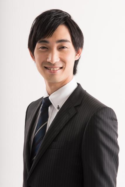 スーツ姿の笑顔の男性